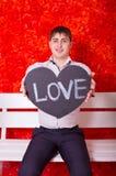 Άτομο με μια ταμπλέτα στην καρδιά μορφής στοκ εικόνες