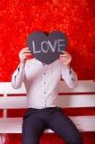 Άτομο με μια ταμπλέτα στην καρδιά μορφής στοκ φωτογραφία με δικαίωμα ελεύθερης χρήσης