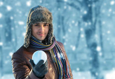 Άτομο με μια χιονιά Στοκ Φωτογραφίες