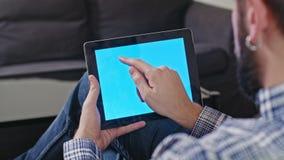 Άτομο με μια ψηφιακή ταμπλέτα με την μπλε οθόνη Στοκ Φωτογραφία