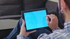 Άτομο με μια ψηφιακή ταμπλέτα με την μπλε οθόνη φιλμ μικρού μήκους