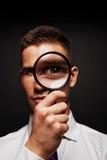 Άτομο με πιό magnifier Στοκ εικόνα με δικαίωμα ελεύθερης χρήσης