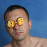 Άτομο με πορτοκαλιά Eyeglasses φλούδας Στοκ φωτογραφία με δικαίωμα ελεύθερης χρήσης