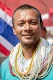 Άτομο με πολλά περιδέραια χαντρών Στοκ εικόνες με δικαίωμα ελεύθερης χρήσης