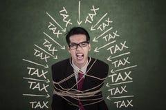 Άτομο με προβλήματα που δεσμεύεται τα φορολογικά από το σχοινί Στοκ Φωτογραφίες