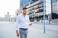 Άτομο με τα ακουστικά και τη μουσική ακούσματος smartphone Στοκ Εικόνα