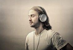 Άτομο με τα ακουστικά στοκ εικόνα