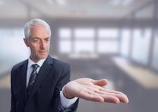 Άτομο με τα ανοικτά χέρια παλαμών Στοκ Εικόνες