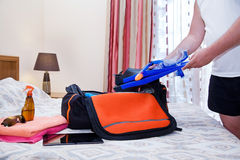 Άτομο με τα βατραχοπέδιλα και την τσάντα ταξιδιού στοκ φωτογραφία με δικαίωμα ελεύθερης χρήσης
