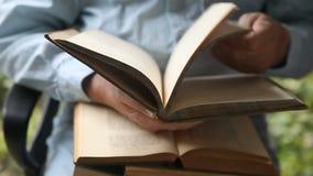Άτομο με τα βιβλία στην περιτύλιξη απόθεμα βίντεο