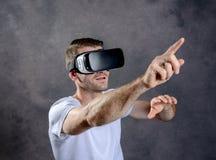 Άτομο με τα γυαλιά εικονικής πραγματικότητας που δείχνει πρός τα πάνω Στοκ Εικόνα