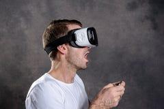 Άτομο με τα γυαλιά εικονικής πραγματικότητας που δείχνει πρός τα πάνω Στοκ εικόνες με δικαίωμα ελεύθερης χρήσης