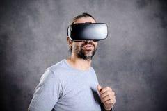 Άτομο με τα γυαλιά εικονικής πραγματικότητας που δείχνει πρός τα πάνω Στοκ εικόνα με δικαίωμα ελεύθερης χρήσης