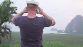 Άτομο με τα γυαλιά VR στην τροπική άποψη απόθεμα βίντεο