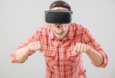 Άτομο με τα γυαλιά εικονικής πραγματικότητας που πληρώνει τον προσομοιωτή ποδηλάτων Στοκ εικόνες με δικαίωμα ελεύθερης χρήσης