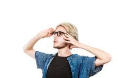 Άτομο με τα γυαλιά που εξετάζει το διάστημα Στοκ Εικόνες