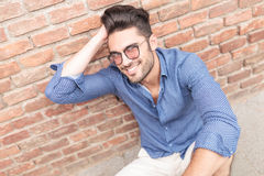 Άτομο με τα γυαλιά που καθορίζει την τρίχα του ενώ κάθεται Στοκ Εικόνες