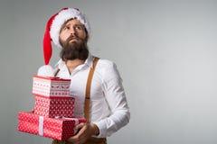 Άτομο με τα δώρα Χριστουγέννων στοκ εικόνα με δικαίωμα ελεύθερης χρήσης