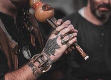 Άτομο με τα διαστισμένα χέρια Στοκ Φωτογραφία