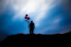 Άτομο με τα μπαλόνια Στοκ εικόνες με δικαίωμα ελεύθερης χρήσης