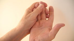 Άτομο με τα ναρκωμένα άκρα δακτύλου φιλμ μικρού μήκους