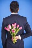 Άτομο με τα λουλούδια Στοκ Εικόνες