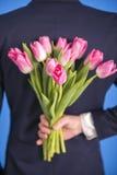 Άτομο με τα λουλούδια Στοκ Φωτογραφίες