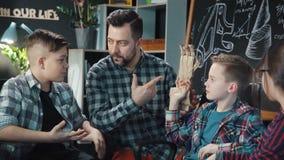 Άτομο με τα παιδιά που εξερευνούν το μηχανικό χέρι cartboard απόθεμα βίντεο