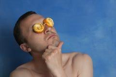 Άτομο με τα πορτοκαλιά θεάματα φλούδας Στοκ Φωτογραφίες