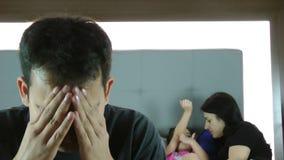 Άτομο με τα προβλήματα ενώ η οικογένειά του είναι στο κρεβάτι φιλμ μικρού μήκους