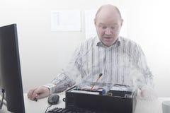 Άτομο με τα προβλήματα υπολογιστών Στοκ Εικόνες