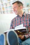 Άτομο με τα πόδια επάνω στο βιβλίο ανάγνωσης Στοκ φωτογραφίες με δικαίωμα ελεύθερης χρήσης