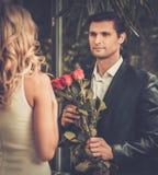 Άτομο με τα τριαντάφυλλα που χρονολογούν την κυρία του στοκ εικόνες