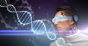 Άτομο με τα τρισδιάστατους γυαλιά, τους αισθητήρες και το μόριο DNA Στοκ Εικόνες