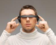 Άτομο με τα φουτουριστικά γυαλιά στοκ φωτογραφία