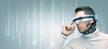 Άτομο με τα φουτουριστικούς τρισδιάστατους γυαλιά και τους αισθητήρες Στοκ φωτογραφία με δικαίωμα ελεύθερης χρήσης