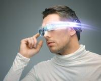 Άτομο με τα ψηφιακά γυαλιά Στοκ εικόνα με δικαίωμα ελεύθερης χρήσης
