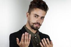 Άτομο με τα όμορφα μάτια στα μοντέρνα ενδύματα Στοκ φωτογραφία με δικαίωμα ελεύθερης χρήσης