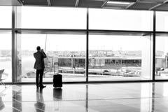 Άτομο με την αίθουσα αναμονής αποσκευών του αερολιμένα στο γυαλί παραθύρων Στοκ Εικόνες