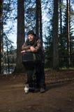 Άτομο με την αφαιρούμενη μηχανή βαρκών Στοκ Εικόνες