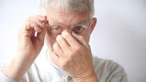 Άτομο με την ενόχληση από τα μαξιλάρια μύτης γυαλιών απόθεμα βίντεο