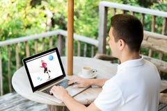 Άτομο με την ικανότητα app στην οθόνη lap-top Στοκ Εικόνες