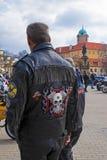 Άτομο με την κεντητική σε ένα σακάκι μοτοσικλετών δέρματος, κάστρο Podebrady στην πλάτη στοκ φωτογραφία με δικαίωμα ελεύθερης χρήσης