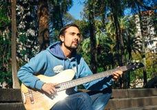 Άτομο με την κιθάρα στο υπόβαθρο φύσης Στοκ εικόνα με δικαίωμα ελεύθερης χρήσης