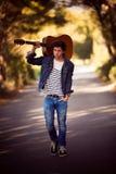 Άτομο με την κιθάρα Στοκ φωτογραφίες με δικαίωμα ελεύθερης χρήσης
