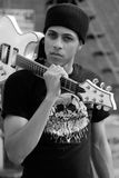 Άτομο με την κιθάρα Στοκ φωτογραφία με δικαίωμα ελεύθερης χρήσης