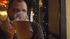 Άτομο με την μπύρα κατανάλωσης γενειάδων στο μπαρ φιλμ μικρού μήκους