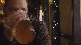 Άτομο με την μπύρα κατανάλωσης γενειάδων στο μπαρ απόθεμα βίντεο