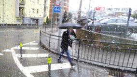 Άτομο με την ομπρέλα που περπατά στην οδό Στοκ εικόνα με δικαίωμα ελεύθερης χρήσης