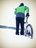Άτομο με την παραμονή ποδηλάτων βουνών στο χιόνι σκονών Στοκ εικόνες με δικαίωμα ελεύθερης χρήσης